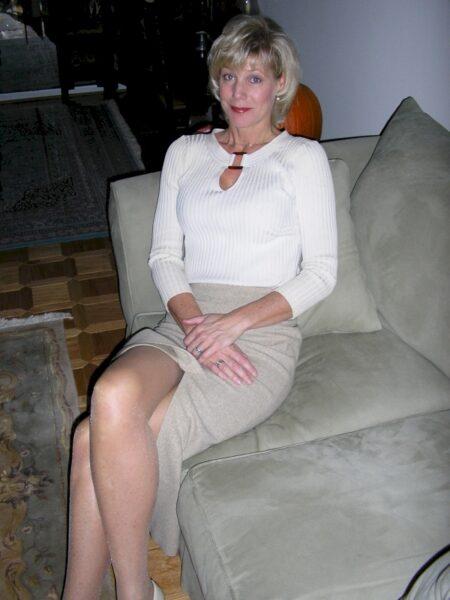 Femme cougar domina pour coquin qui obéit